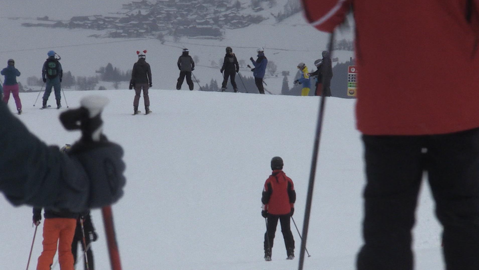Skifahrer auf Piste im Allgäu