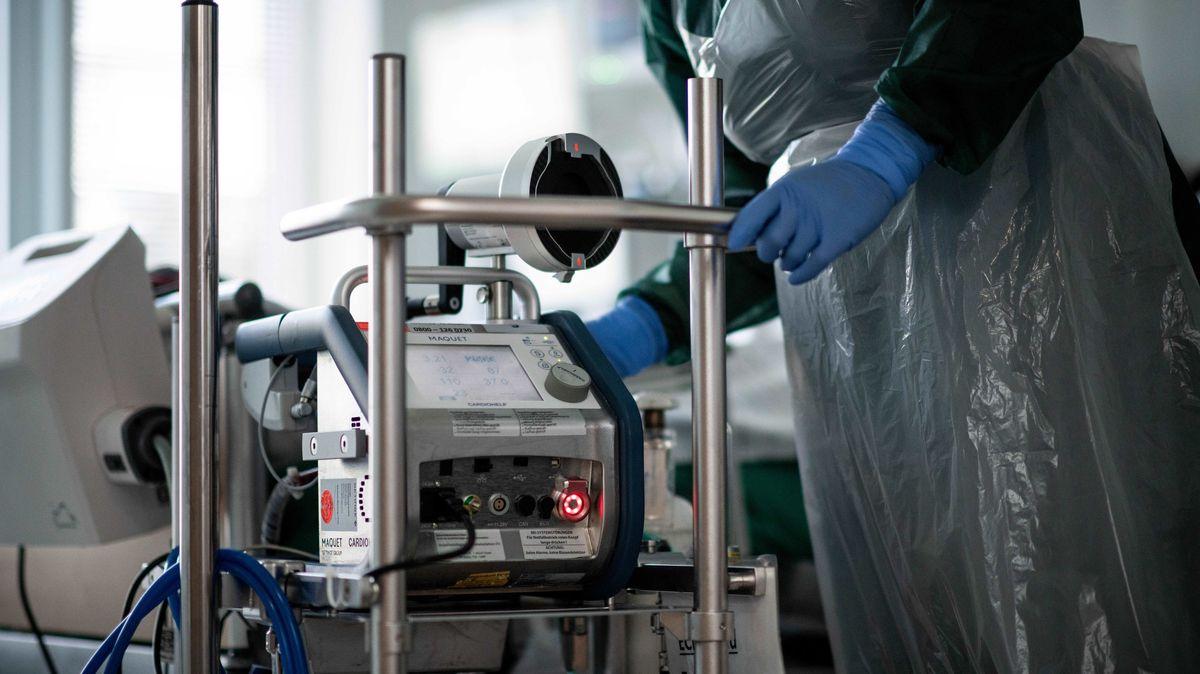 Auf den Intensivstationen liegen immer mehr Corona-Patienten, obwohl sie vollständig geimpft sind.
