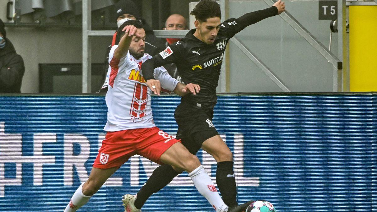 Jahn Regensburg - VfL Osnabrück, 7. Spieltag: Albion Vrenezi von Regensburg (links) und Ludovit Reis von Osnabrück kämpfen um den Ball.