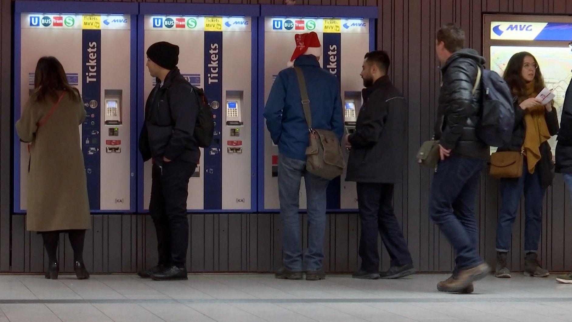 Menschen vor MVV-Ticketautomaten