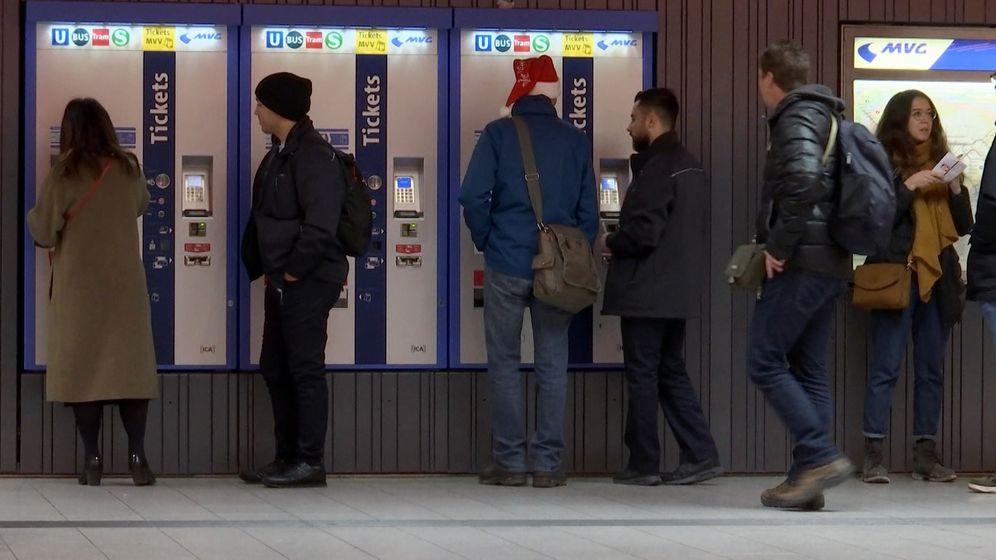 Menschen vor MVV-Ticketautomaten | Bild:BR/Anton Rauch