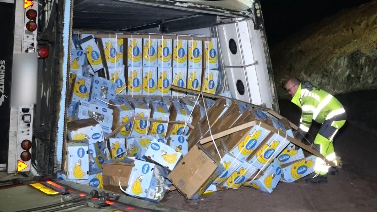 Umgekippter LKW mit Bananen als Ladung