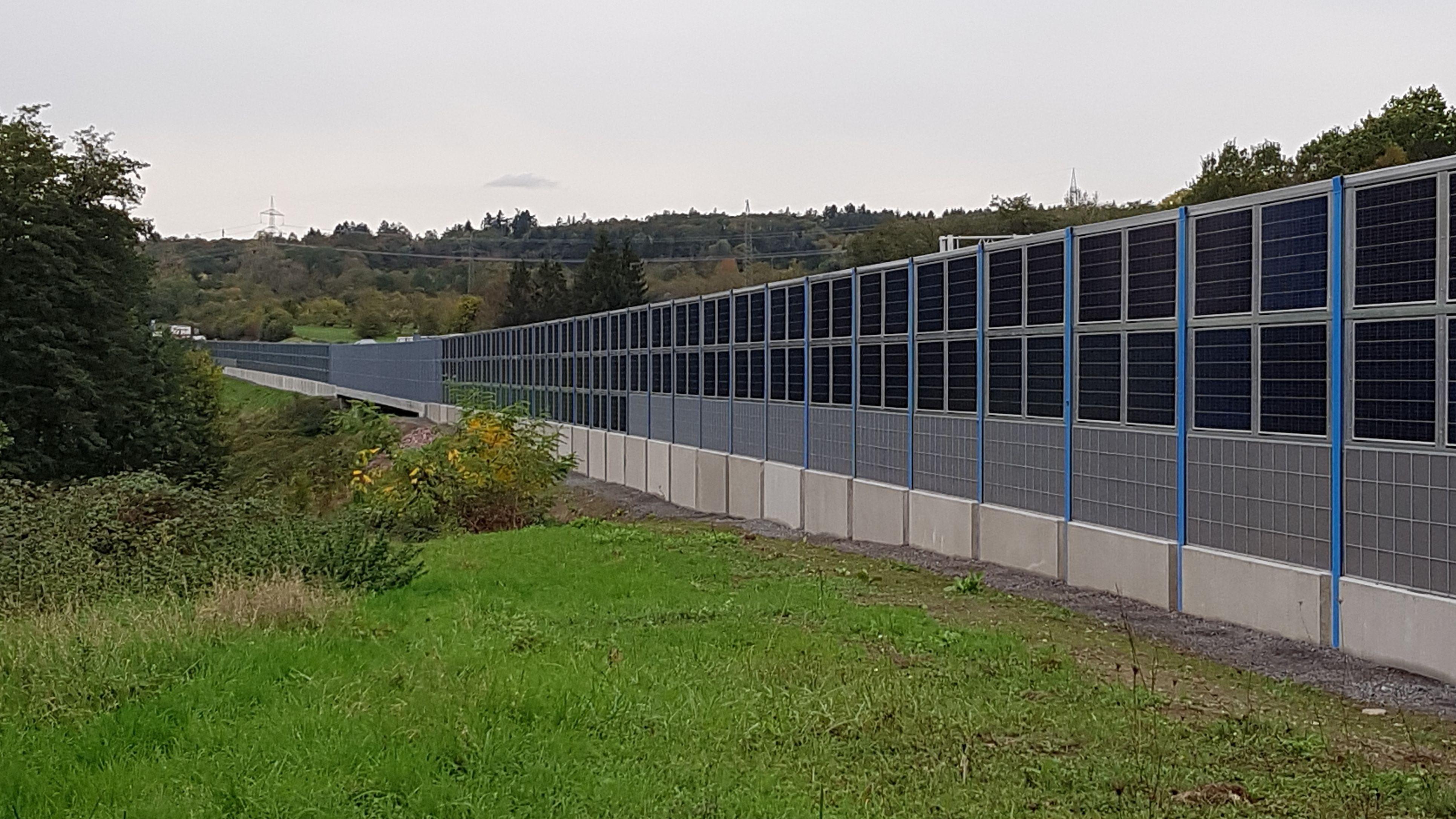 Lärmschutzwand  mit Photovoltaik-Elementen an der A3