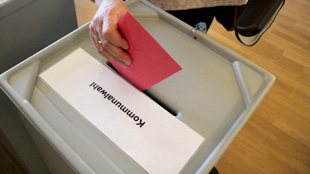 Wahlzettel wird in Wahlurne geworfen. | Bild:picture alliance / Eibner-Pressefoto
