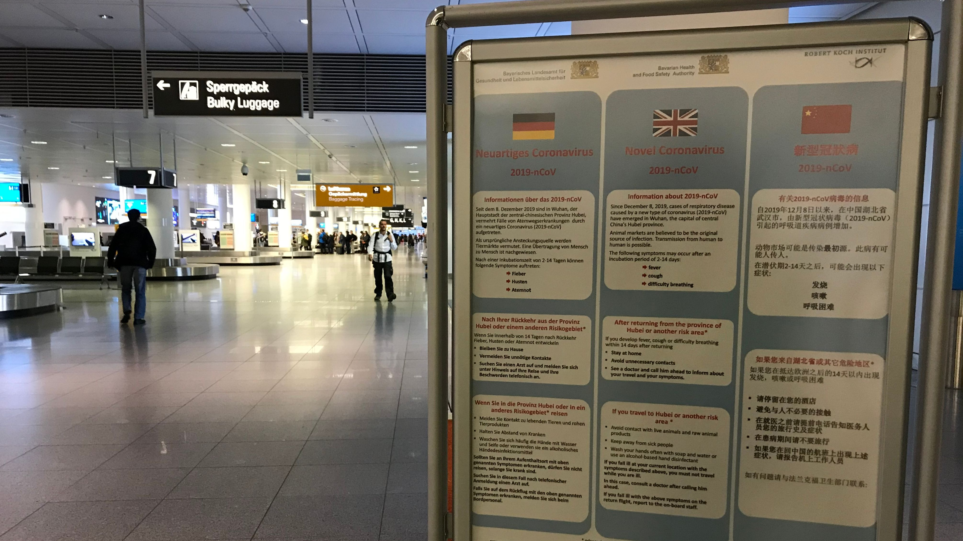 Flughafen München am 29.01.2020: Aushang auf deutsch, englisch und chinesisch.