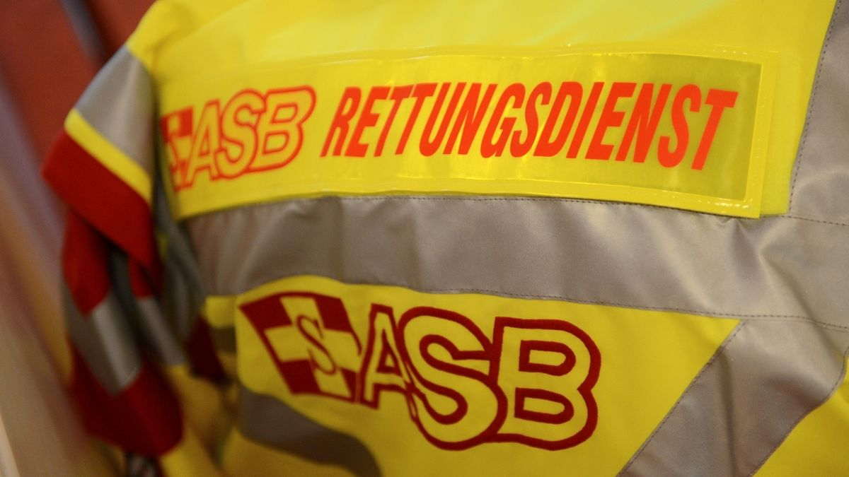 Das Logo des Arbeiter-Samariter-Bundes (ASB) auf einer gelben Jacke.