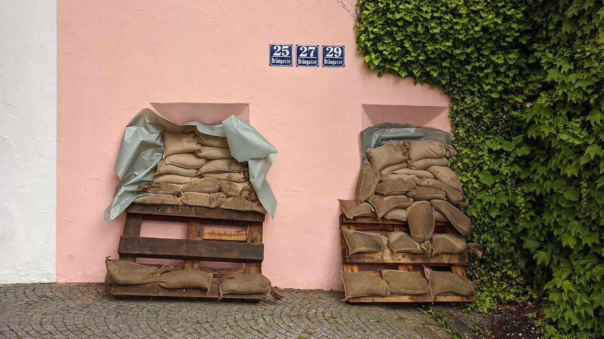 In der Passauer Bräugasse sind Häuser mit Sandsäcken geschützt.
