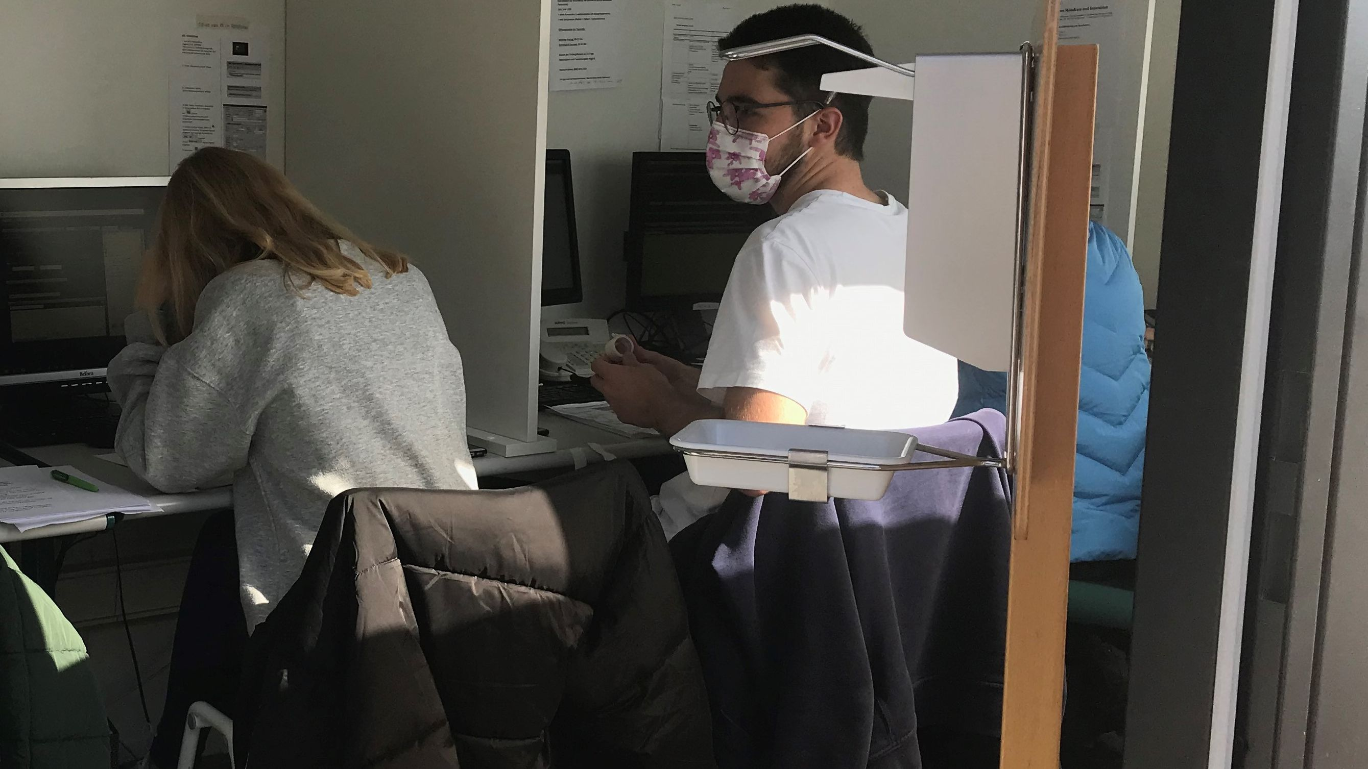 Medizinstudierende an der Corona-Hotline des Uniklinikums Regensburg