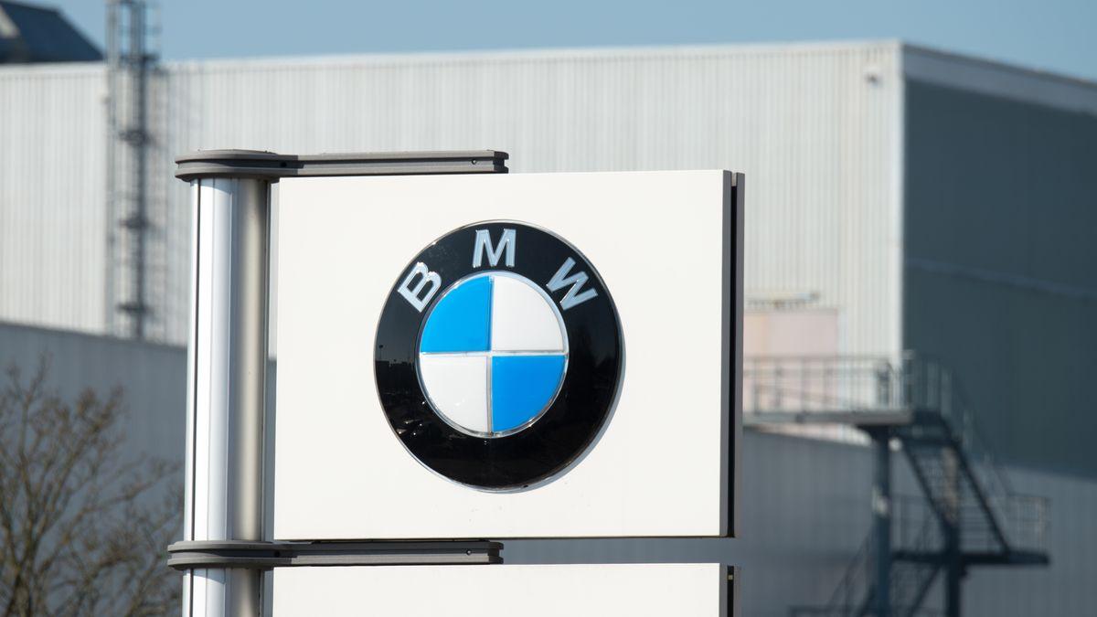 BMW-Emblem vor dem Werk in Regensburg.