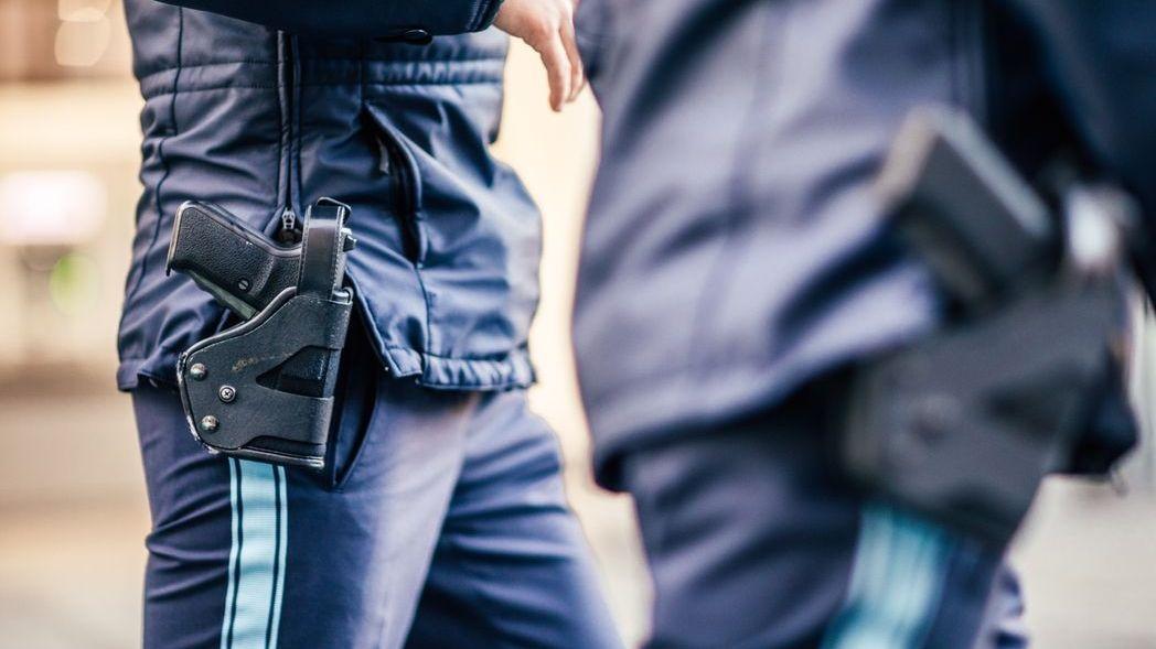 Polizisten mit Dienstwaffen (Symbolbild)