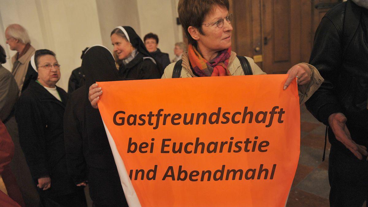 """""""Gastfreundschaft bei Eucharistie und Abendmahl"""" forderte diese Teilnehmerin beim 2. Ökumenischen Kirchentag 2010 in München."""