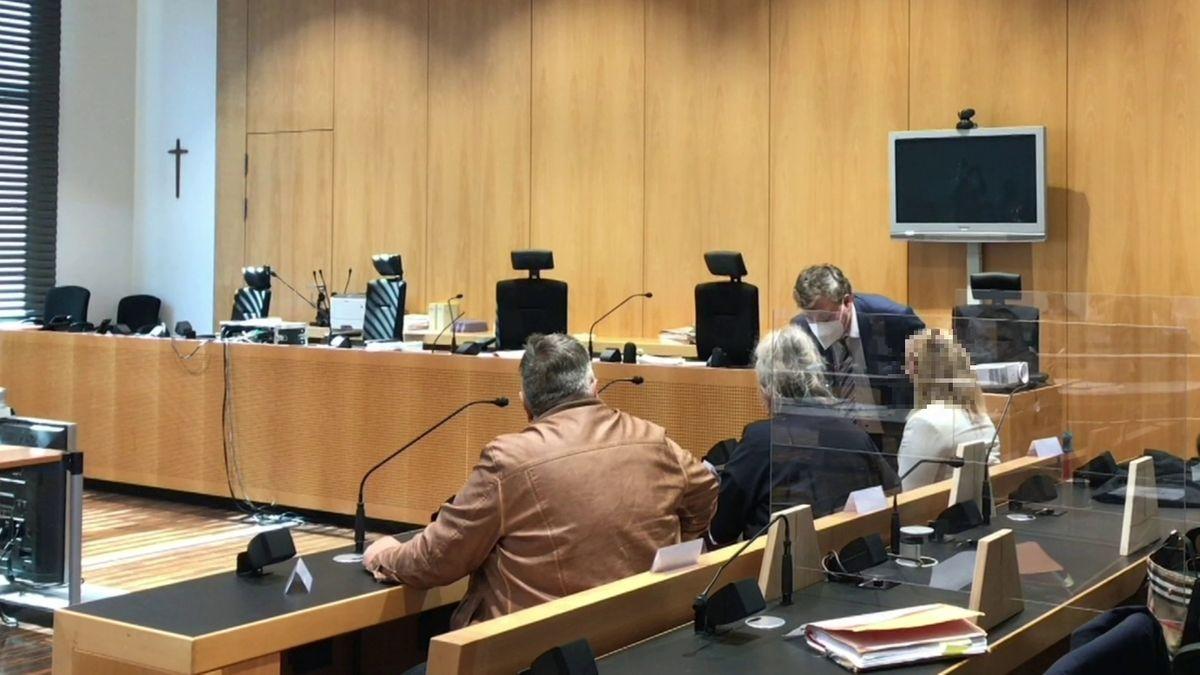 Die Angeklagten und ihr Anwalt im Gerichtssaal