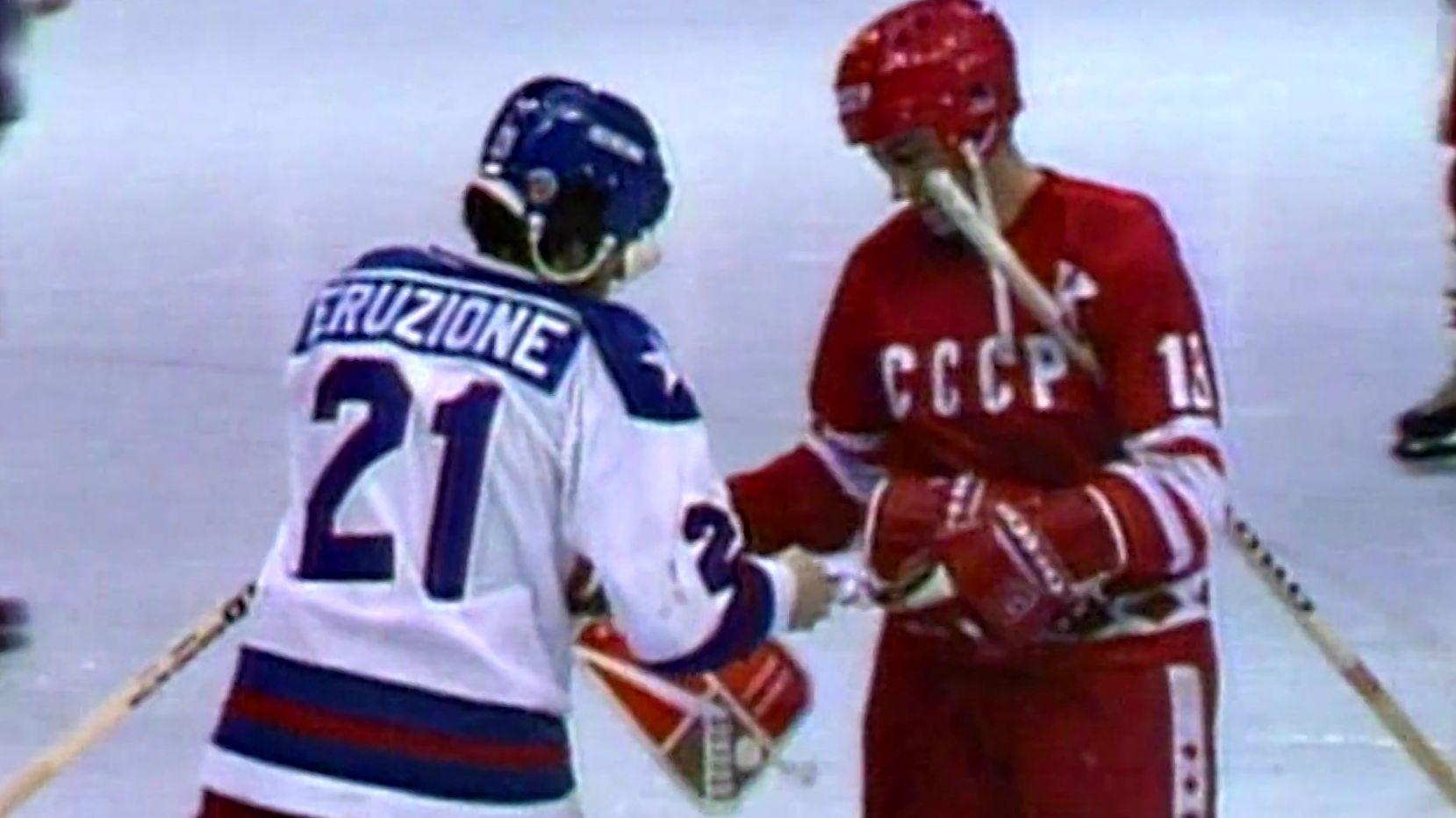 Wimpeltausch beim Eishockeyspiel zwischen den USA und der UdSSR