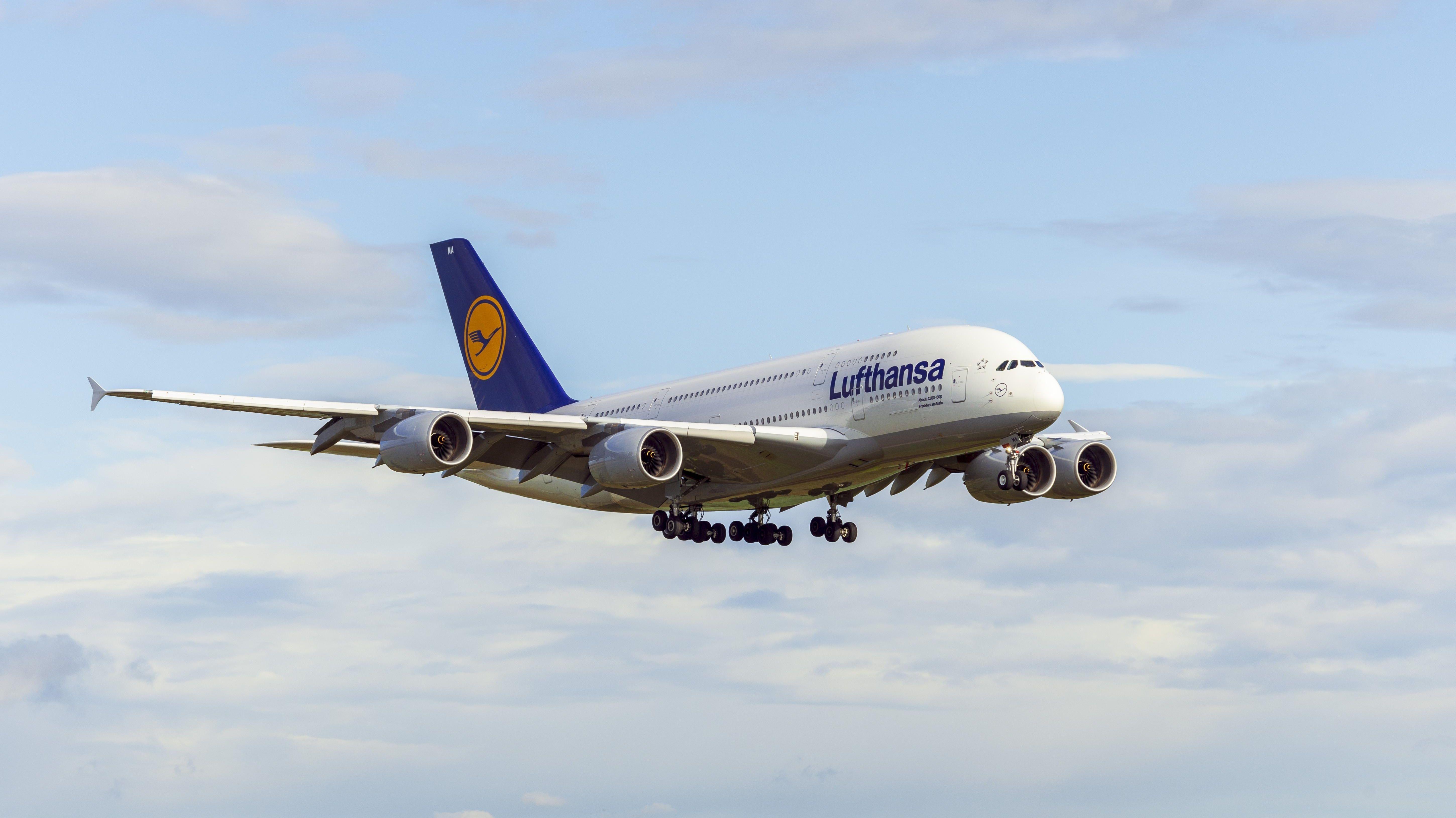 Ein Flugzeug der Lufthansa im Landeanflug auf den Flughafen Stuttgart.