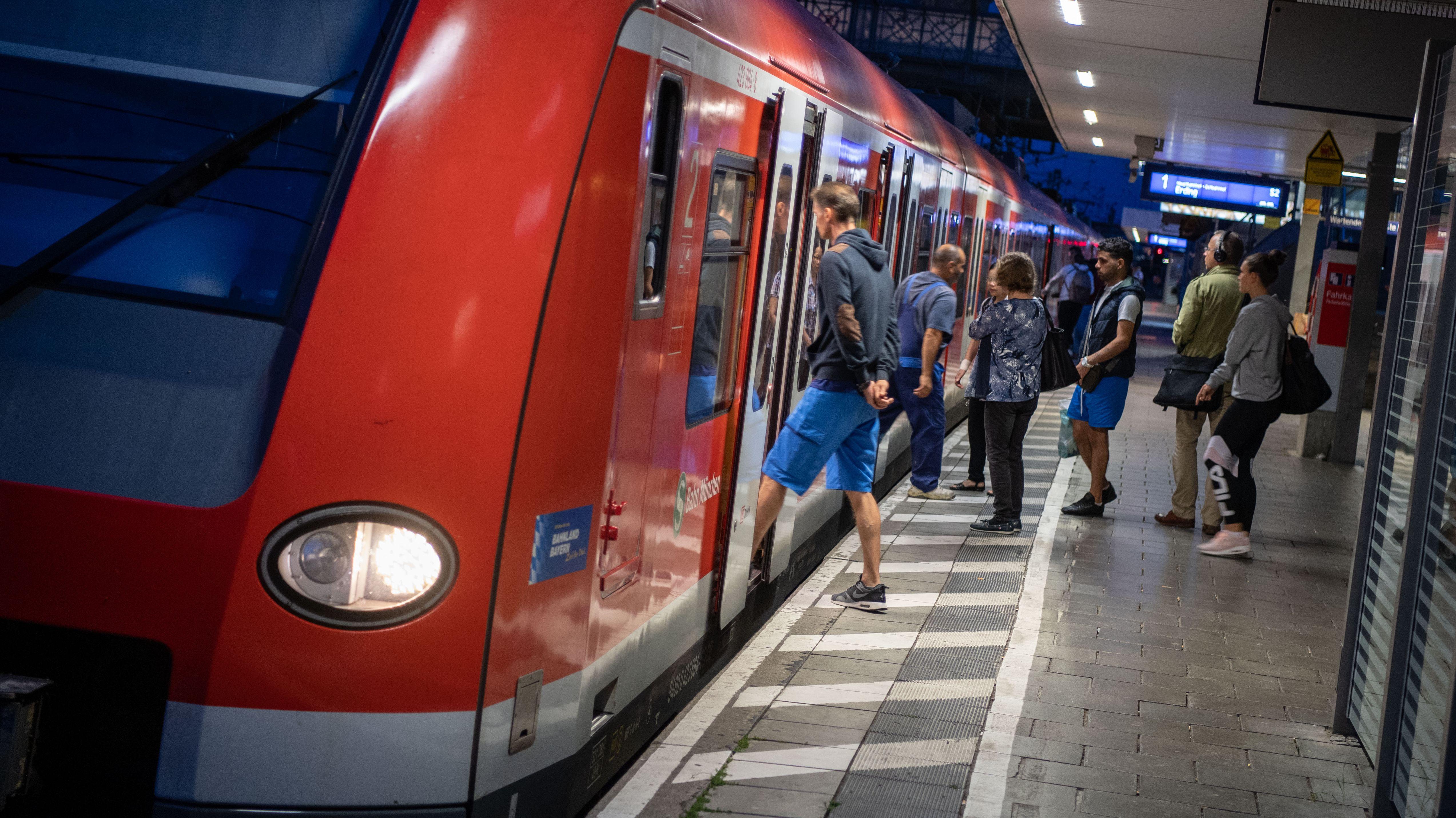 Fahrgäste steigen in München in eine S-Bahn (Archivbild).