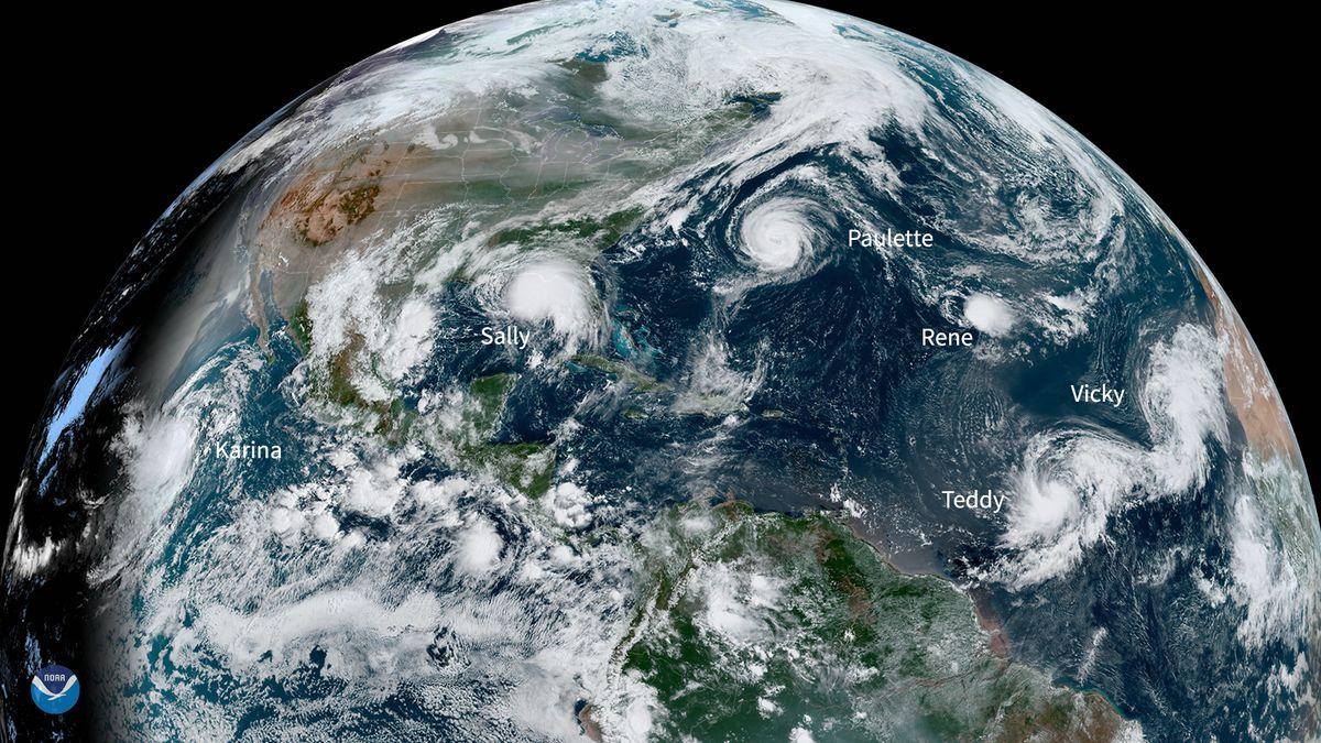 Auf der NOAA-Satellitenaufnahme vom 14.9. erkennt man fünf atlantische Wirbelstürme gleichzeitig. Oben links sind die Waldbrände in Kalifornien.