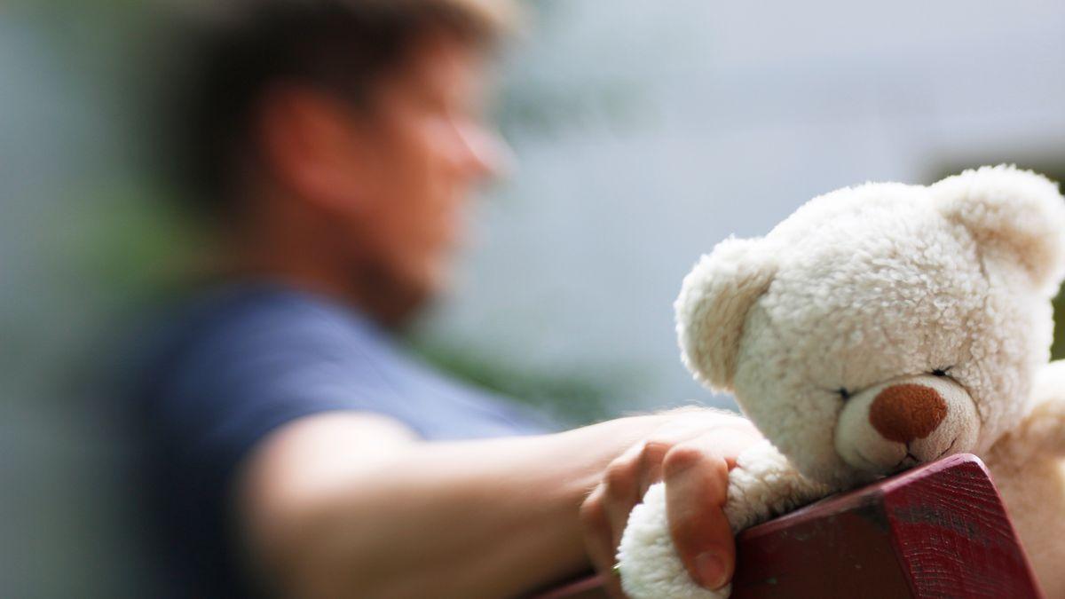 Verlassener Vater hält einen Teddy in der Hand (Symbolbild)