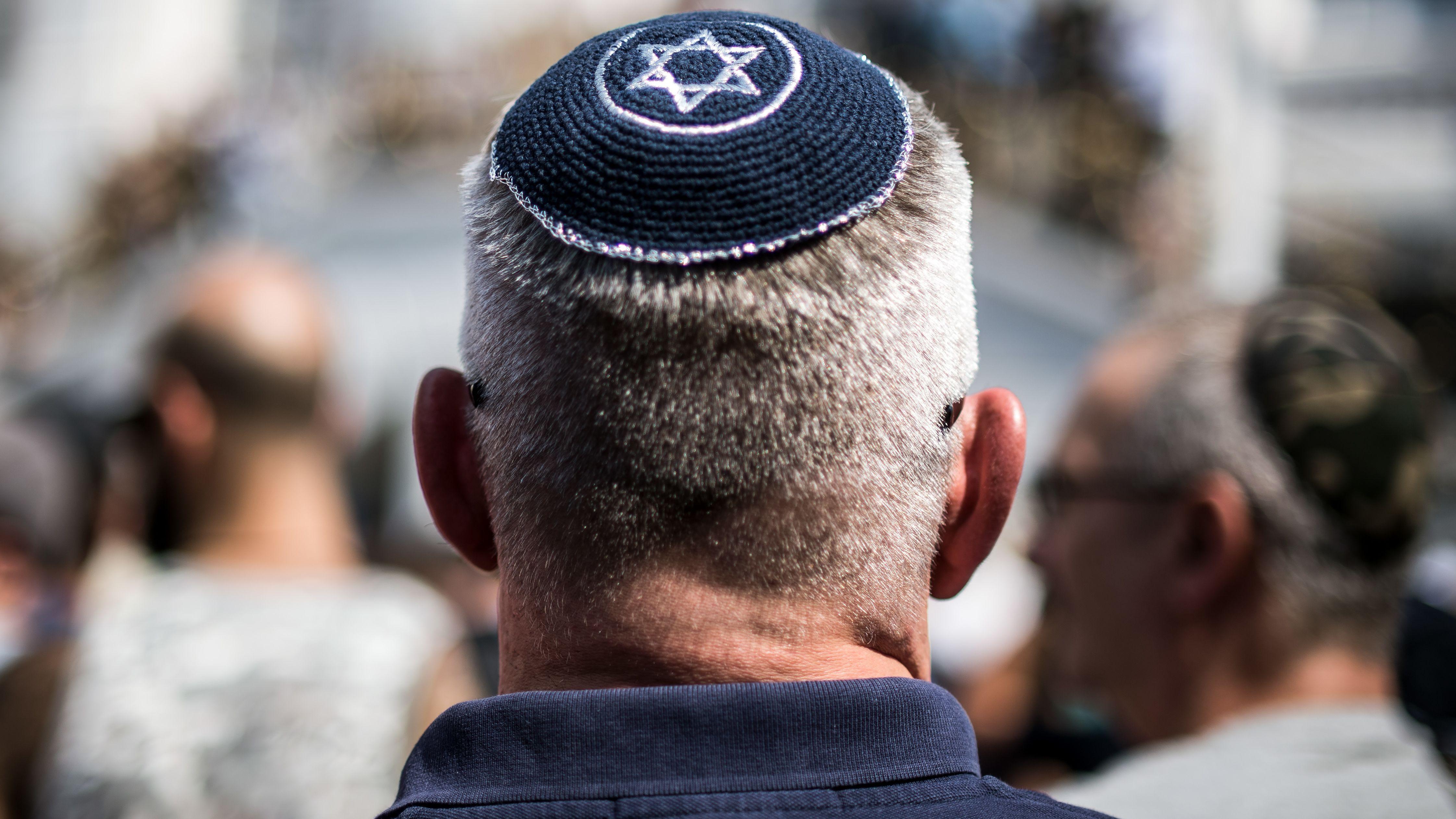 Zwei Unbekannte haben am Samstag in München eine jüdische Familie bespuckt und verbal angegriffen.