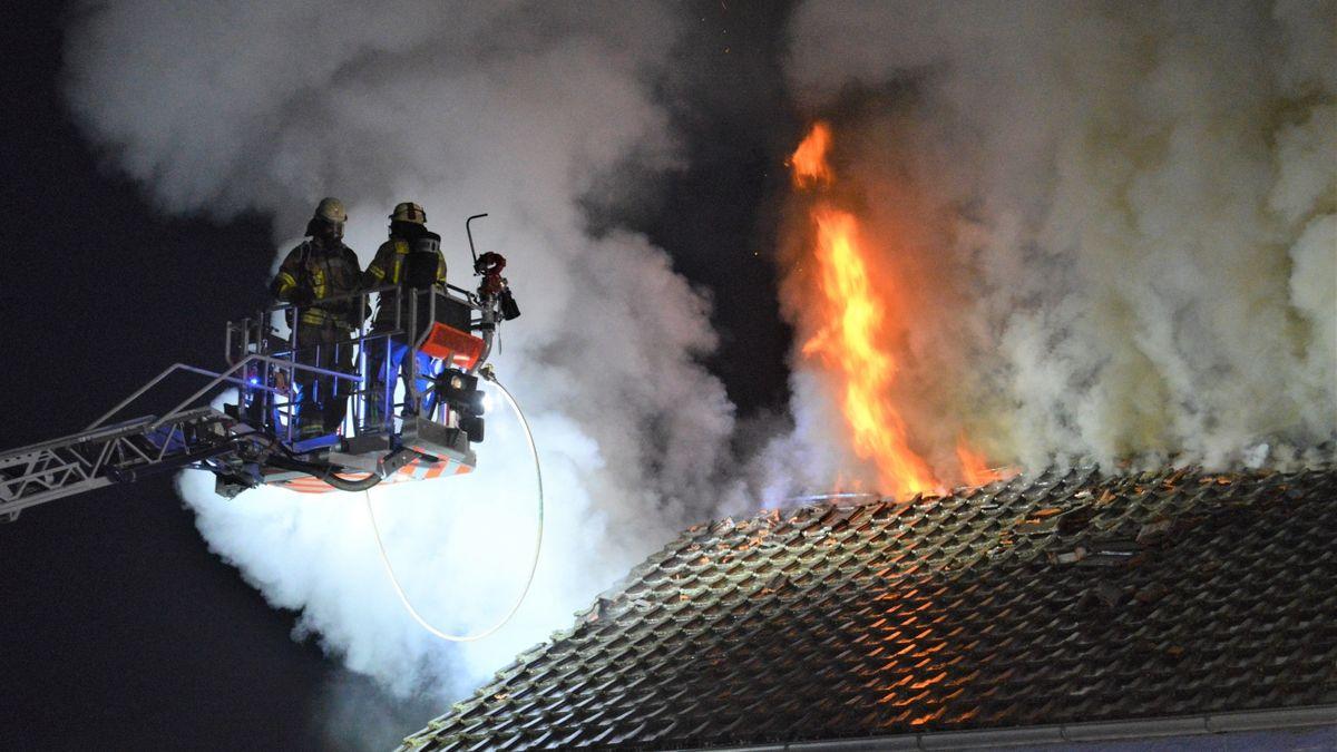 Die Feuerwehr versucht das Feuer von oben zu löschen