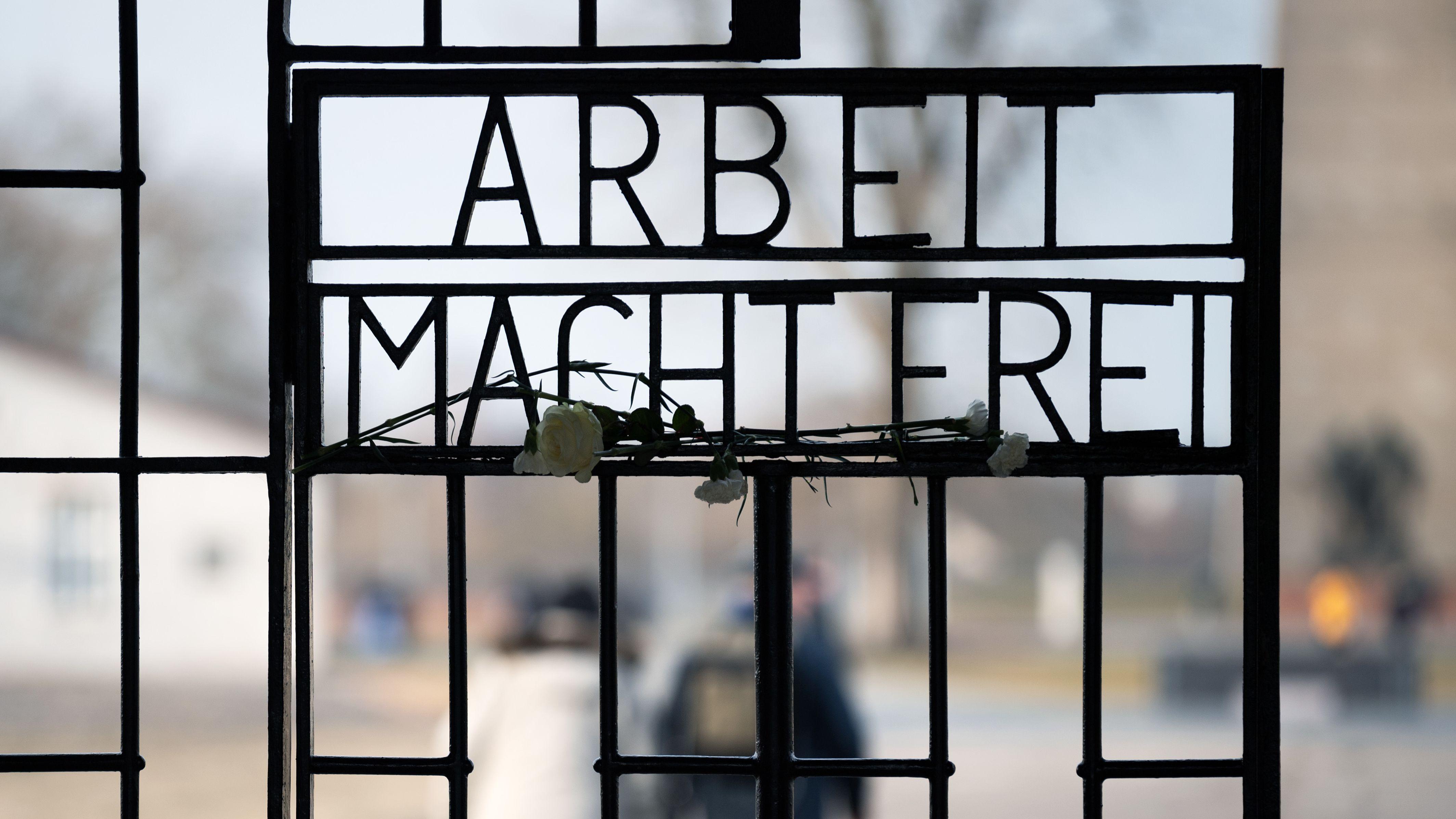 "Der Schriftzug ""Arbeit macht frei"" an der Gedenkstätte Sachsenhausen"
