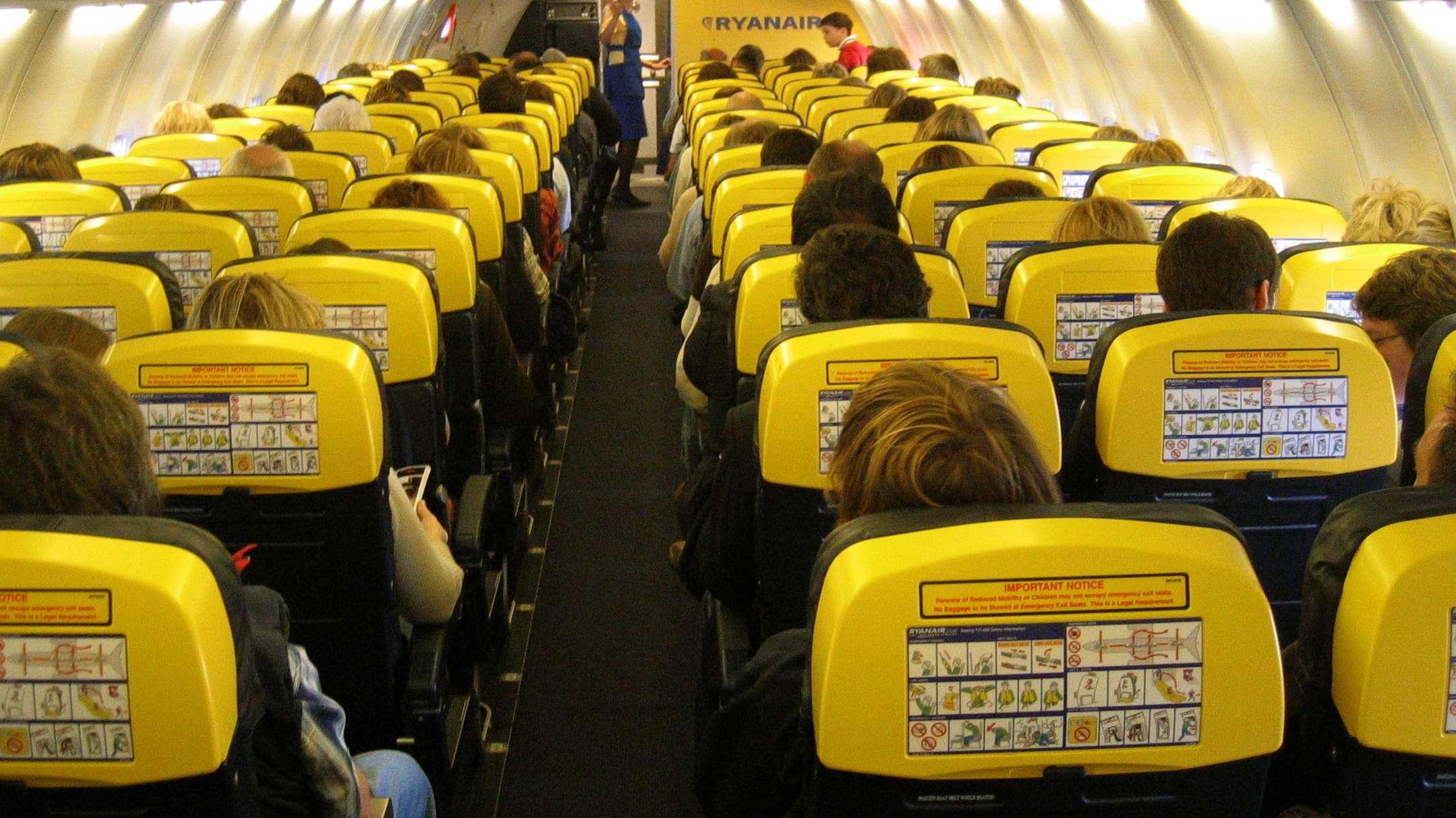 Passagiere sitzen dicht an dicht in einem Ryanair-Flieger