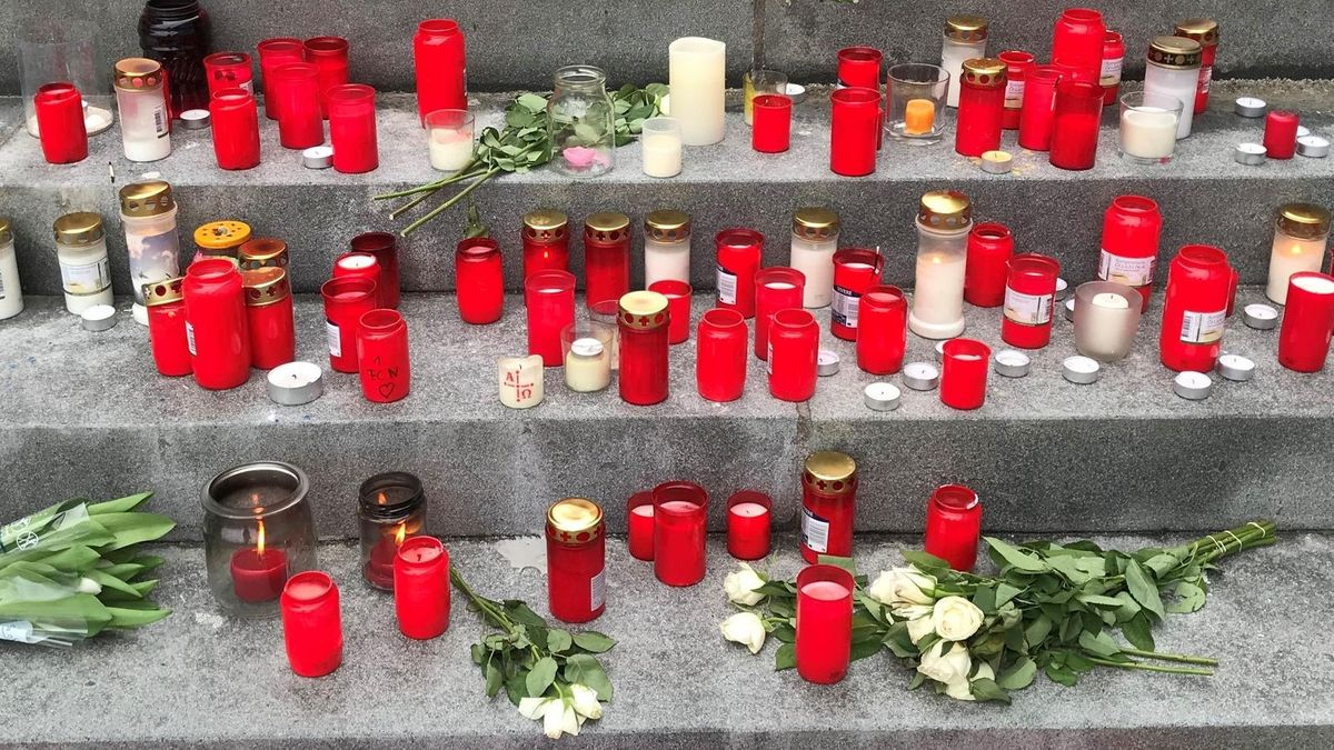 Kerzen und Blumen erinnern in ihrer Heimatstadt Heroldsberg an die Jugendlichen, die bei der S-Bahn-Tragödie in Nürnberg starben.