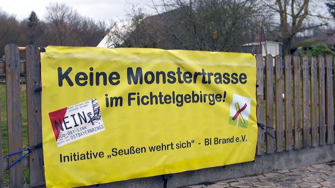"""Ein Plakat mit der Aufschrift """"Keine Monstertrasse im Fichtelgebirge!"""""""