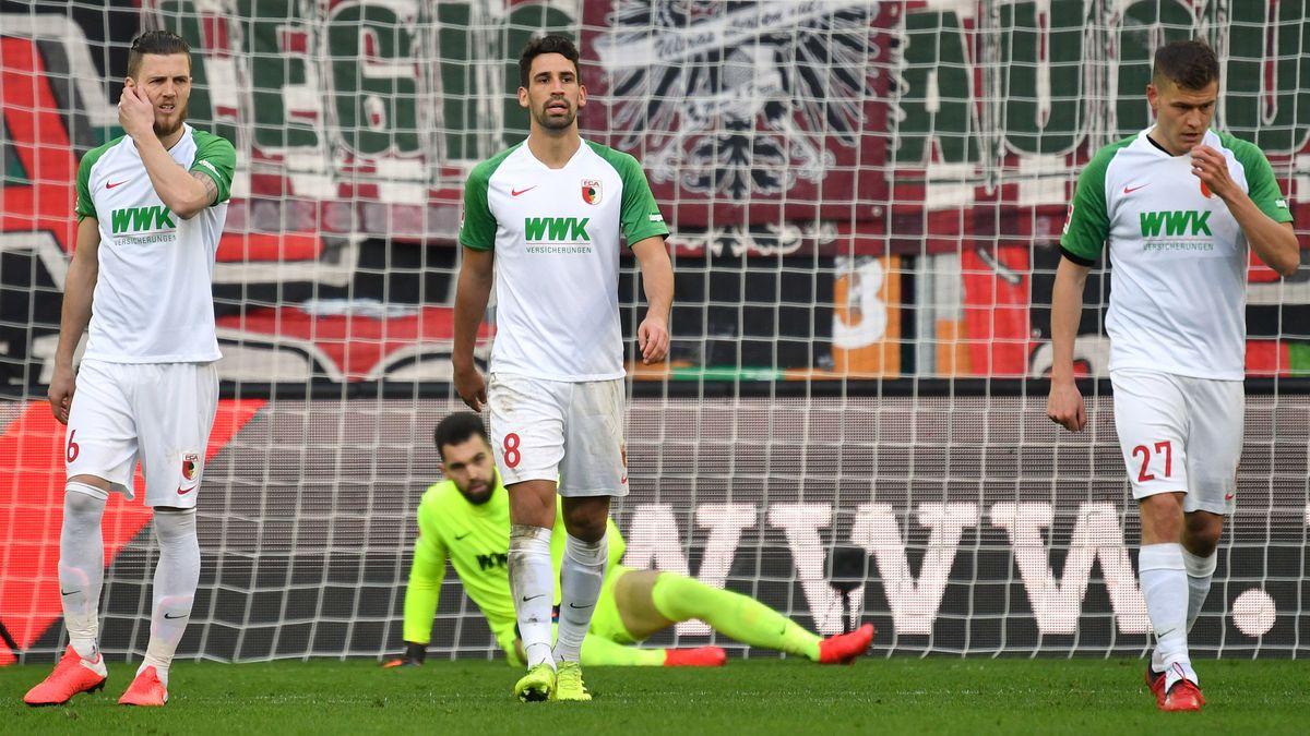 Hängende Köpfe bei den Augsburg-Spielern nach dem Gegentor des SC Freiburg