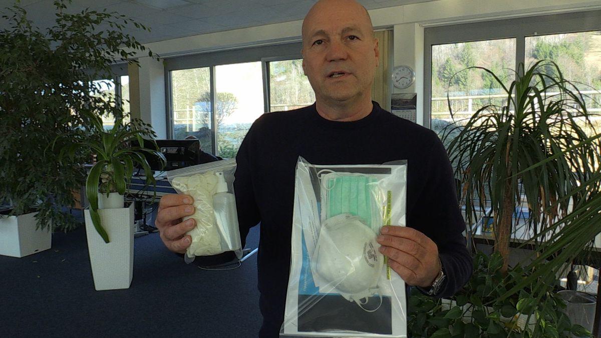 Speditionschef Georg Wittwer zeigt ein Sicherheits-Set mit Schutzmaske, Desinfektionsmittel und Handschuhen.