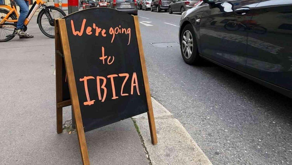 Aufstellschild an der Straße: We`re going to Ibiza