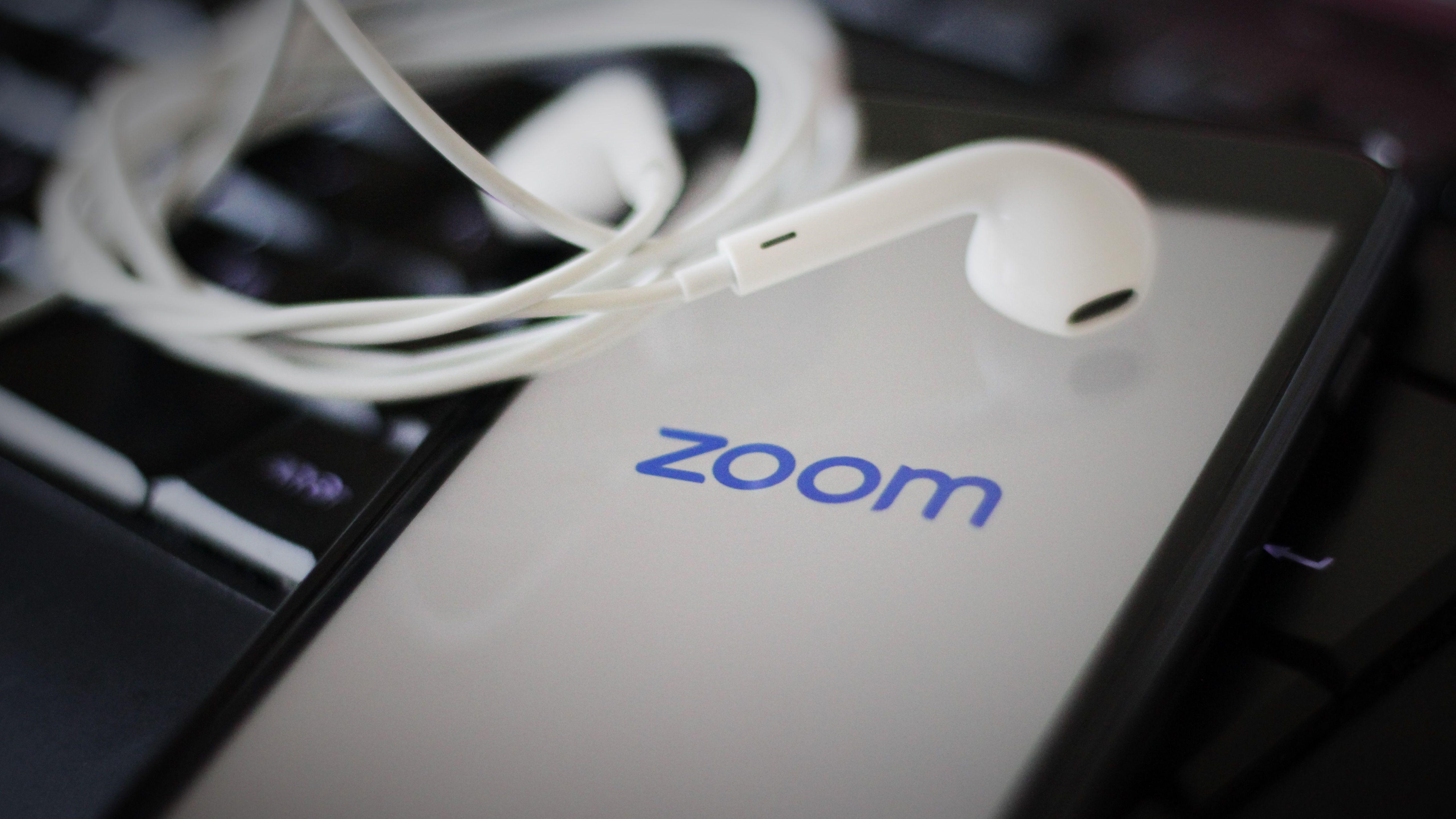 Zoom-App wird auf einem Smartphone geöffnet