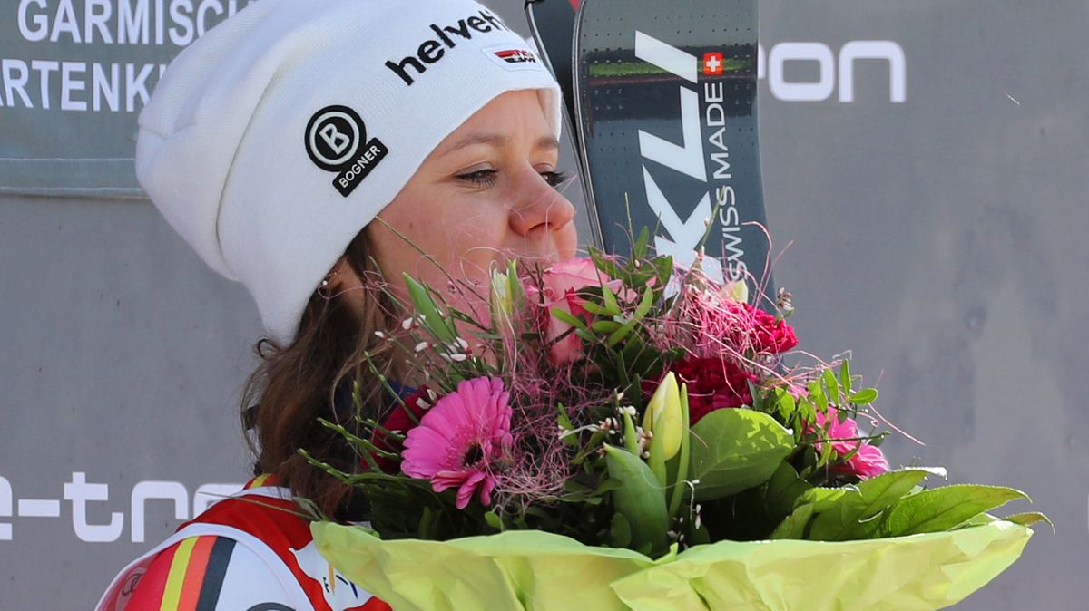Viktoria Rebensburg auf dem Siegerpodest in Garmisch-Partenkirchen
