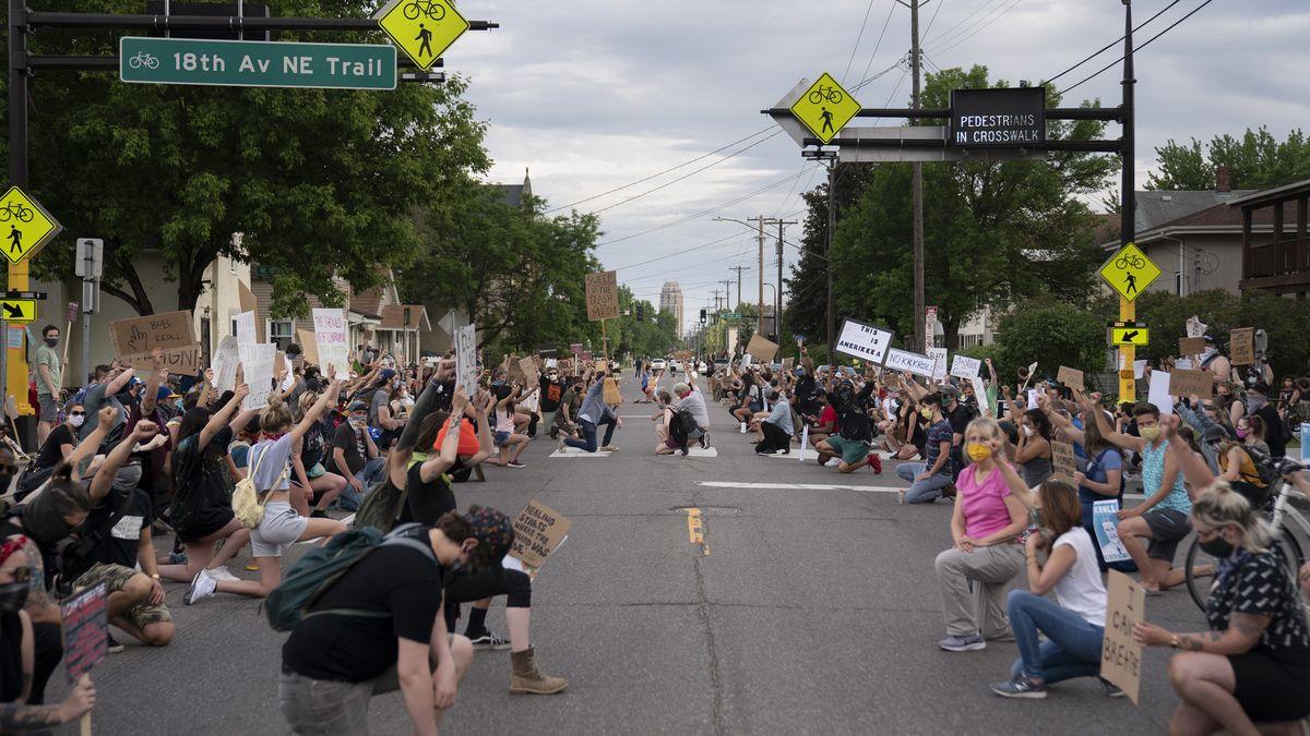 Der Kniefall der Protestierenden: Seitdem Derek Chauvin George Floyd mit seinem Knie umgebracht hat, ist der Kniefall nicht nur eine Geste der Demut sondern auch Waffe.