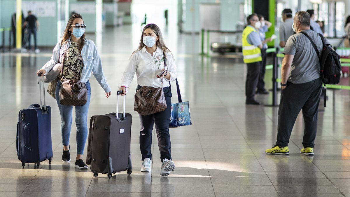 Reisende am Flughafen von Barcelona