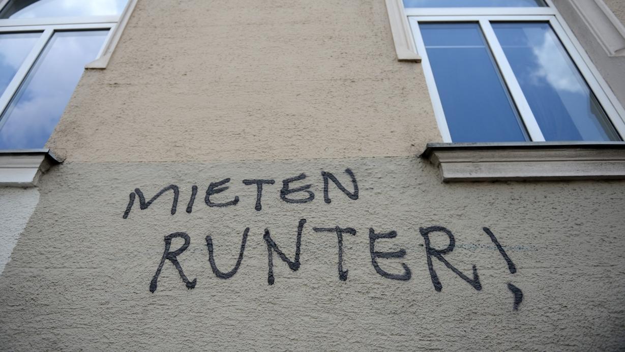 """Symbolbild: Schriftzug an Münchner Hauswand: """"Mieten runter!"""""""