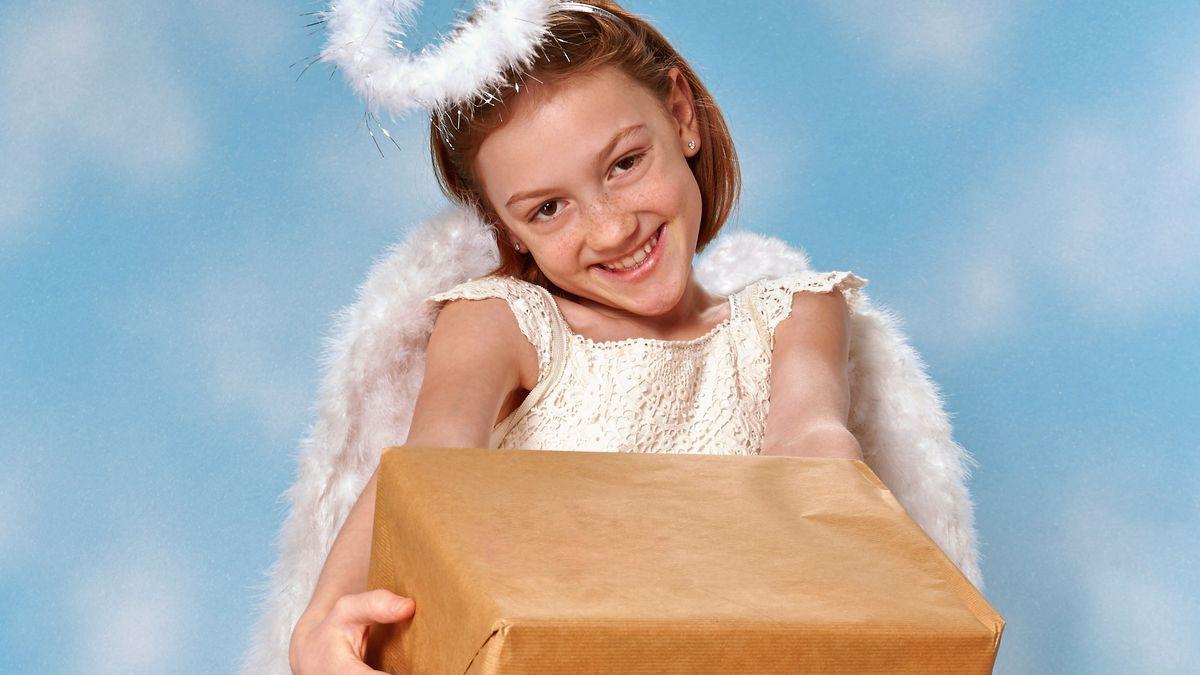 Symboldbild: Christkind mit Päckchen