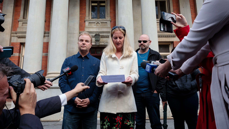19.07.2019, Australien, Perth: Taryn Tottman (M), Schwester der ermordeten Mutter dreier Kinder vor dem Gericht / Lebenslange Haft für den Täter