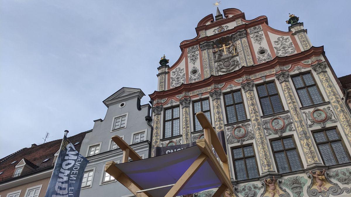 Übergroßer Regiestuhl vor dem Landsberger Rathaus
