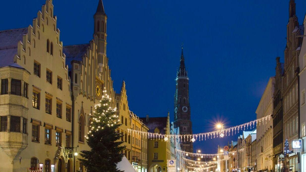 Die Landshuter Altstadt mit Sankt Martins Kirche in der Weihnachtszeit