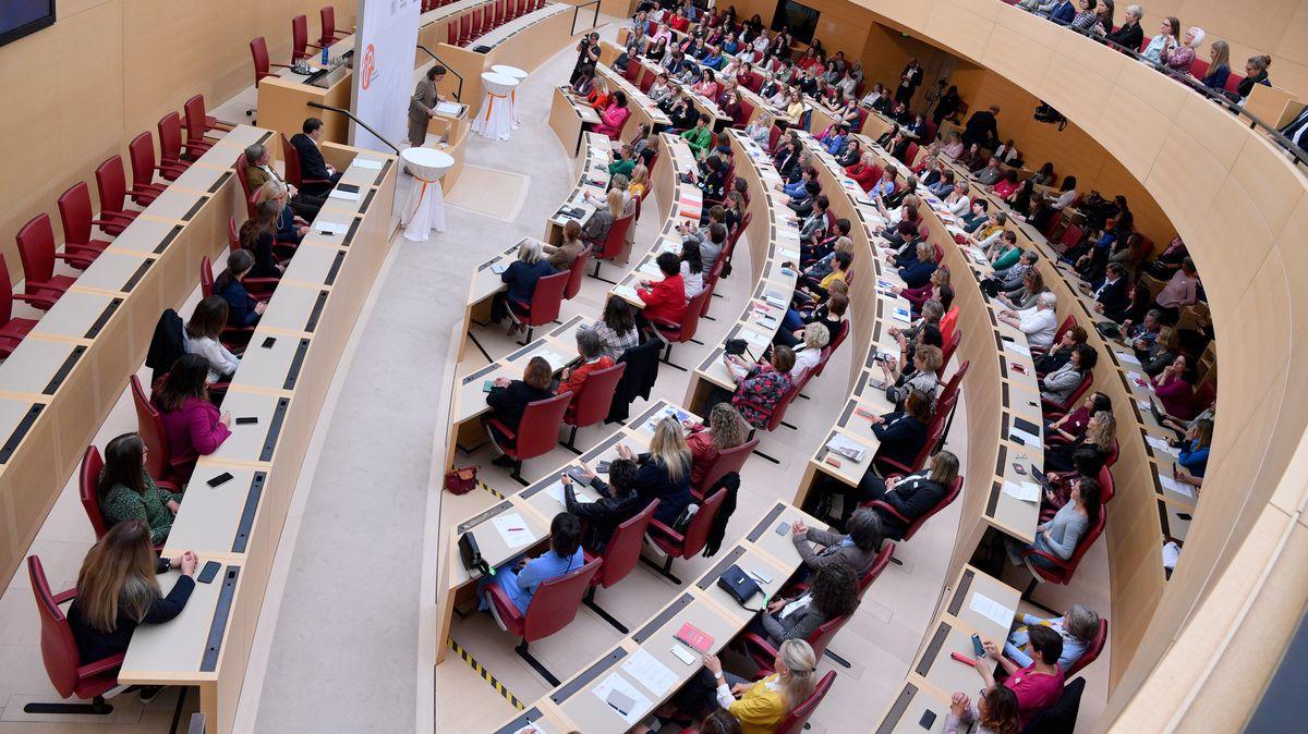 """Studientag """"Frauen im Parlament""""."""