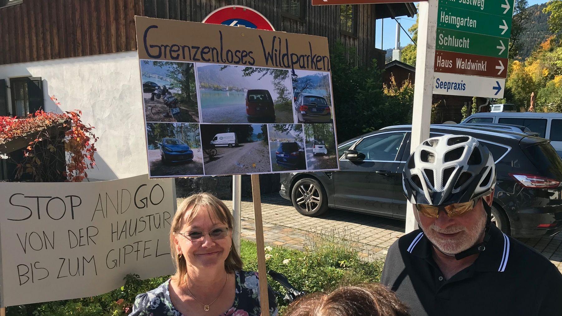 Demonstranten am Walchensee sammeln sich. Sie protestieren gegen zuviel Verkehr und die Behinderungen durch Touristen.