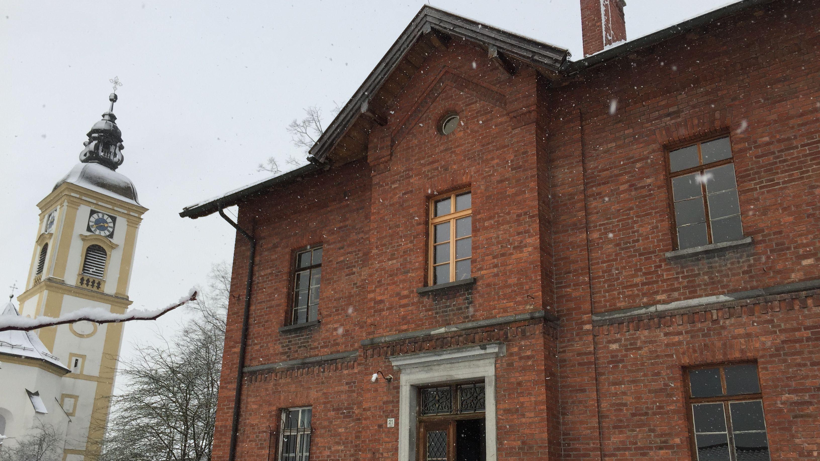 """Ehepaar Haslinger-Schütz hat das """"Rote Schulhaus""""gekauft. Derzeit  hat das renovieren sie das denkmalgeschützte Gebäude."""