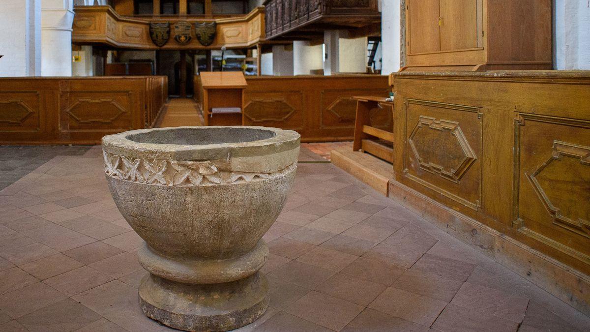 Taufbecken aus dem 13. Jahrhundert