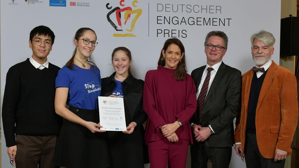 Leonie und Zöe Prillwitz (zweite und dritte von links) in Berlin bei der Verleihung des Deutschen Engagementpreises