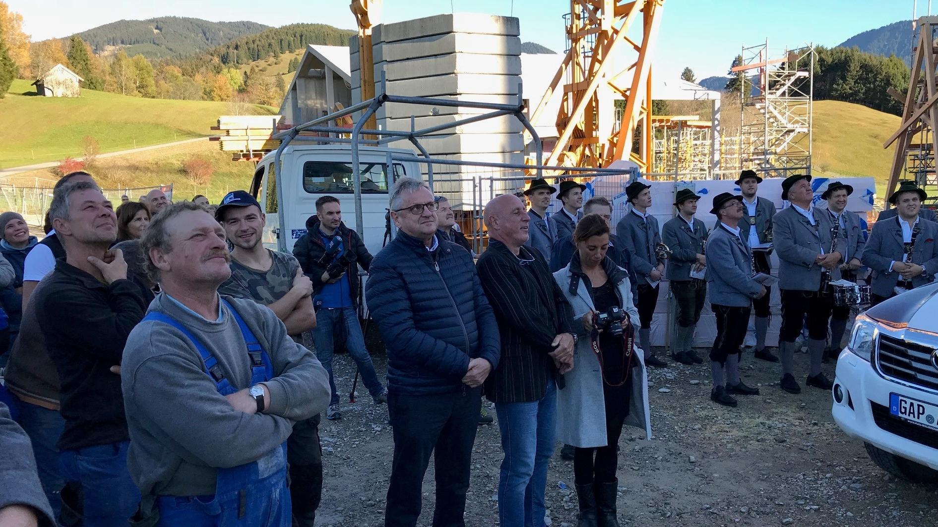 Richtfest: In der Mitte (mit schwarzer Jacke und Jeans) der Bauherr Christian Zott.
