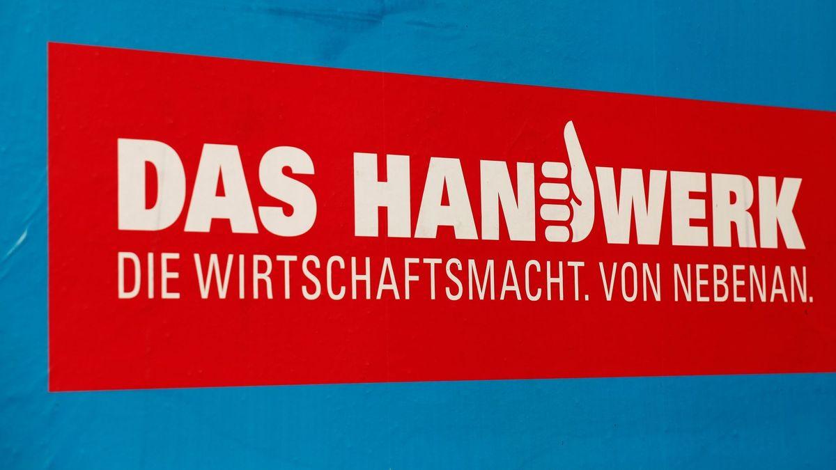 """Ein Plakat zeigt den Schriftzug """"Das Handwerk. Die Wirtschaftsmacht. Von nebenan."""""""