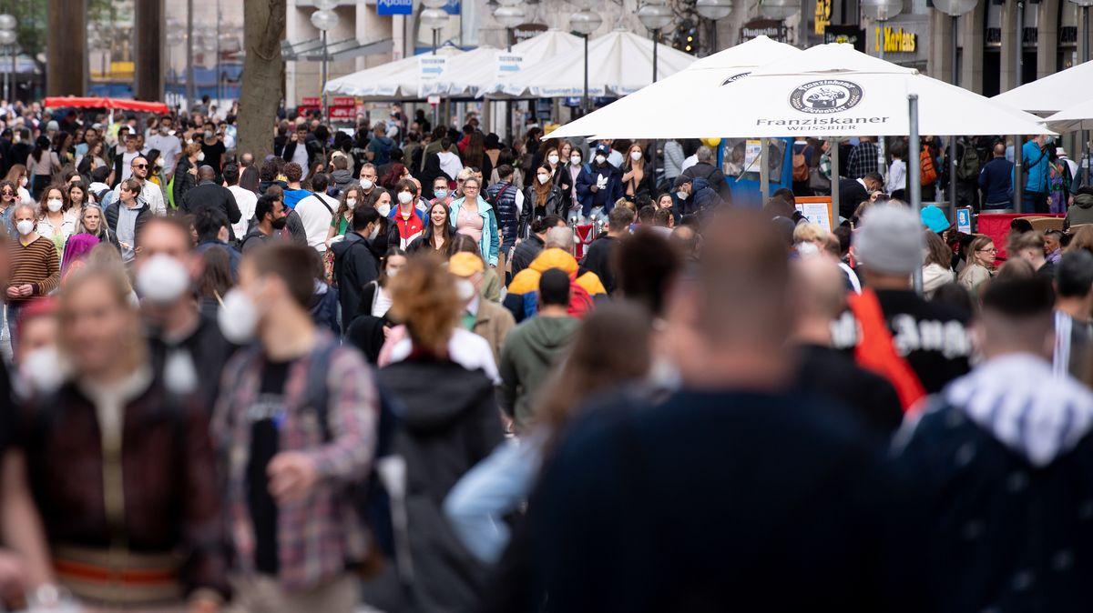 Menschen in der Münchner Fußgängerzone