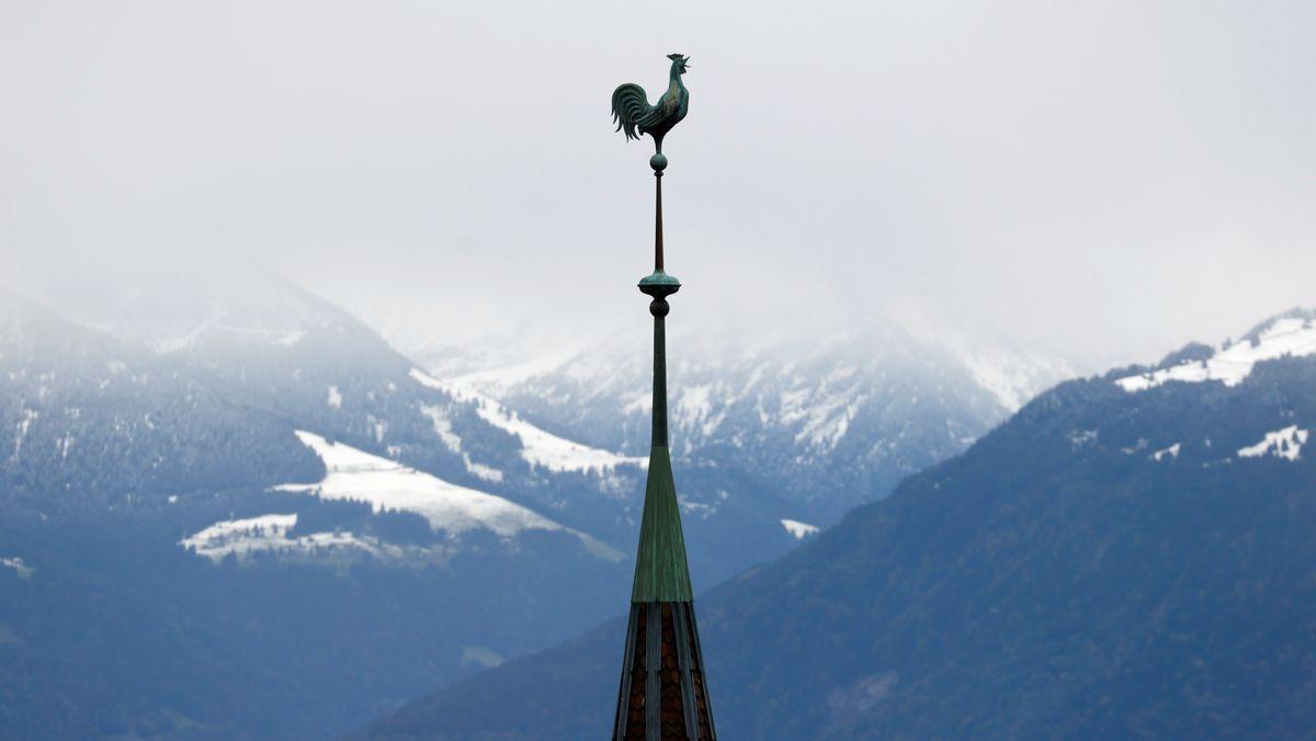 Erster Schnee in der Schweiz hinter dem Kirchturm von Glion am Genfer See