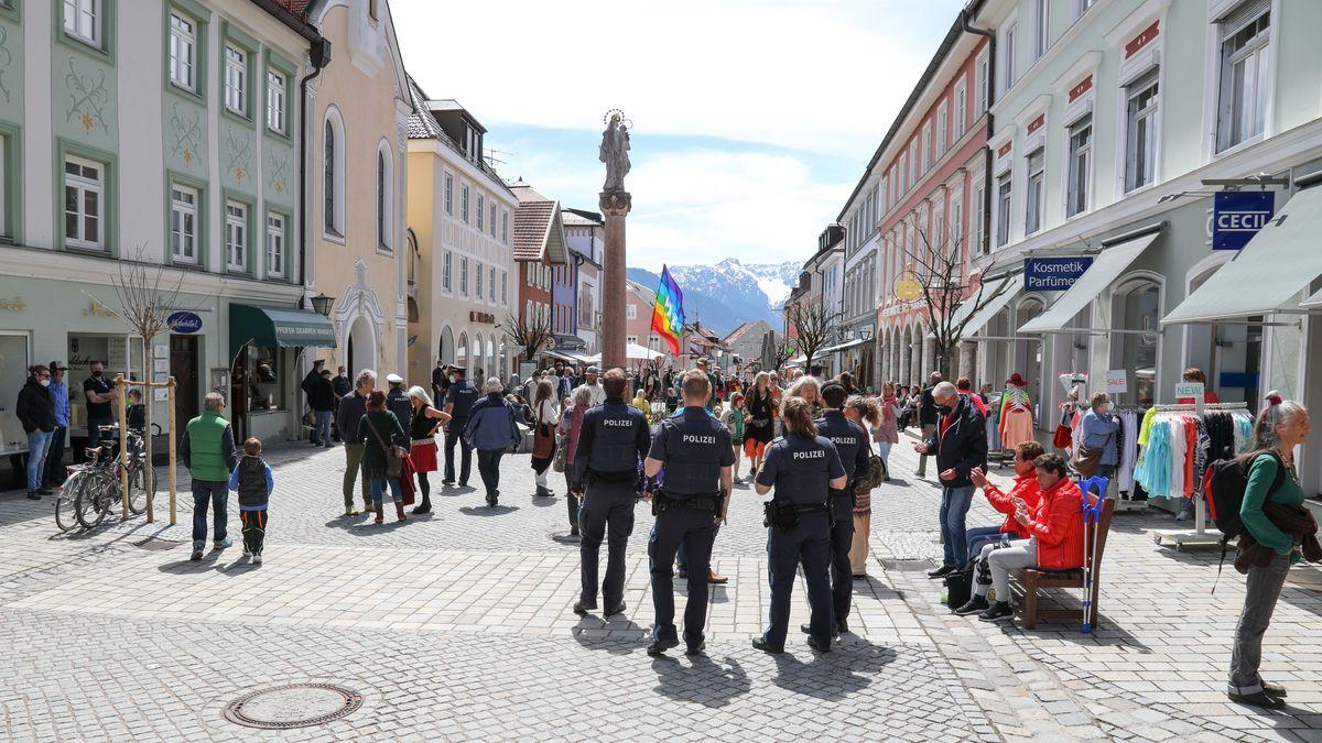 Ungenehmigte Versammlung in der Fußgängerzone Murnau.