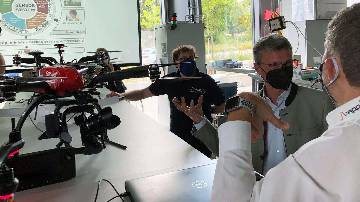 Wissenschaftsminister Sibler (CSU) bei seinem Besuch an der Ostbayerischen Technischen Hochschule (OTH) in Regensburg.